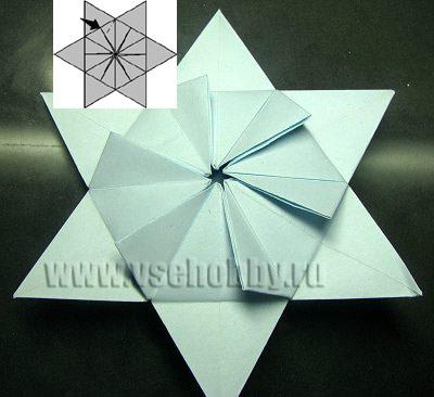 вертушка в обрамлении звезды как промежуточный этап работы над снежинкой оригами