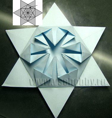 цветок из бумаги в обрамлении звезды промежуточный этап в работе над снежинкой в технике оригами