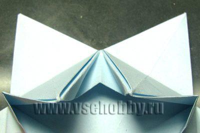 прячем получившиеся складочки внутри детали будущей снежинки оригами