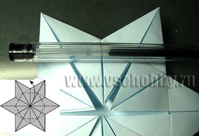 переворачиваем заготовку и отгибаем лучики звезды делаем своими руками снежинку оригами