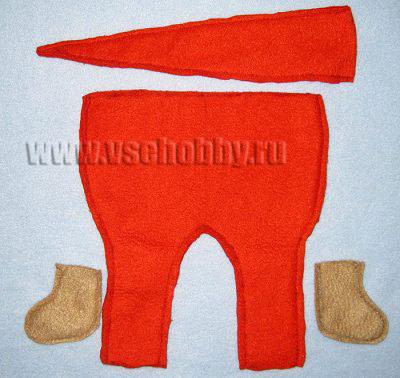 сшиваем детали штанишек колпака и валенок новогодней куклы Тильды Деда Мороза