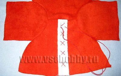 с помощью крестиков пришиваем планку на куртку новогодней куклы Тильды ручной работы