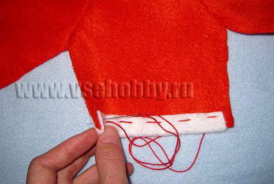 швом вперёд иголку пришиваем бейки к деталям одежды новогодней куклы тильды деда мороза