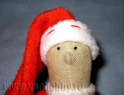 колпак новогодней куклы тильды деда мороза пришиваем к голове потайным швом