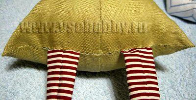 сшиваем тело Деда Мороза новогодней Тильды одновременно вшивая ножки