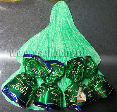 выкладываем на картонную основу конфеты ярус за ярусом начиная снизу