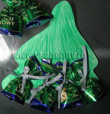 прикрепляем конфеты к открытке ручной работы в форме ёлочки