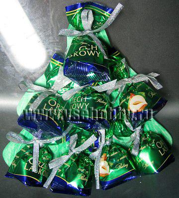все ярусы конфет привязаны лентами к картонной основе открытки ручной работы елке