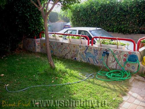 Забор выложенный мозаикой