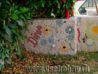 Фрагмент мозаики на заборе выполненной своими руками