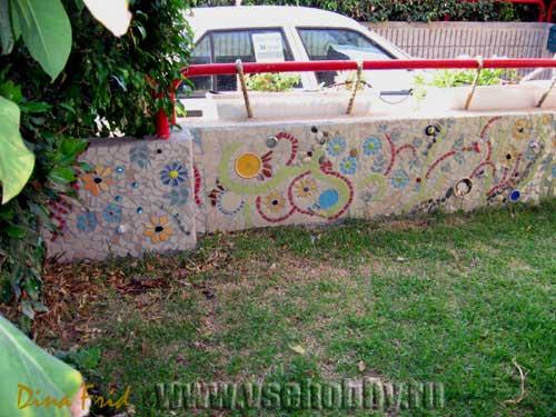 Забор с мозаикой вблизи