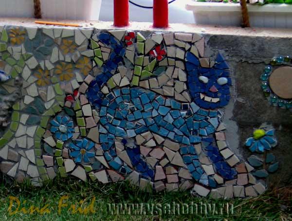 Приклеенный кот мозаика на заборе