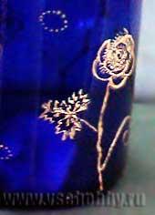 Розочка золотым контуром на синей бутылке