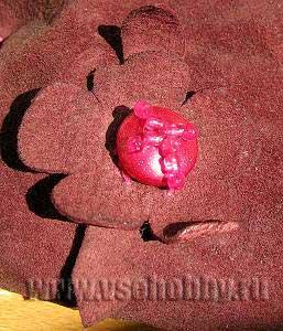 Цветок из замши, бусины и бисера своими руками