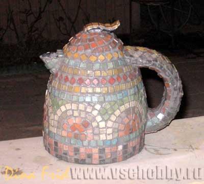 Чайник с мозаикой после первичного замывания затирки