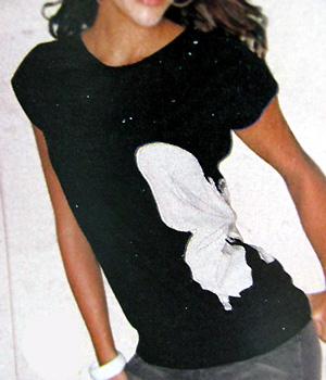 Бабочка на боку чёрной майки