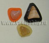 Клеим маленькие камушки на основу, чтобы увеличить их площадь перед оплетением бисером