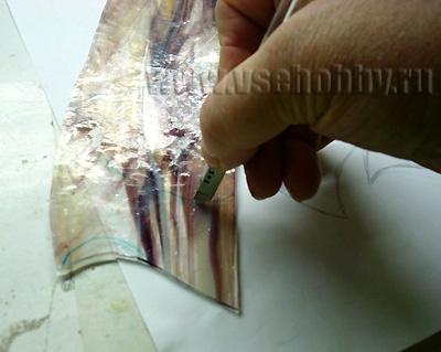 вырезаем стеклорезом детали витража