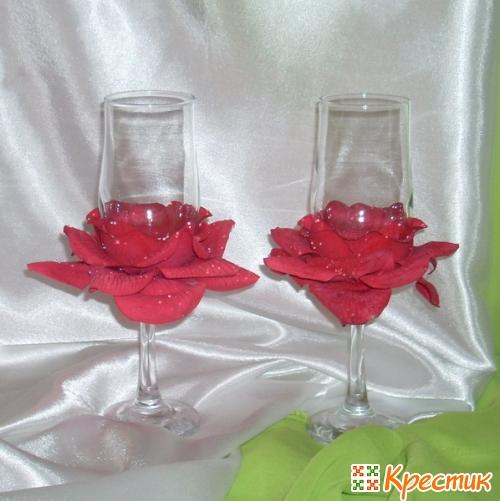 Бутоны роз в основании бокалов