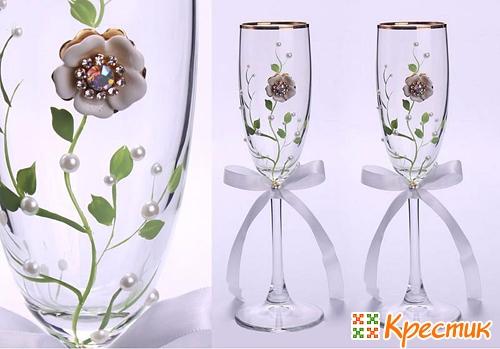 Украшение свадебных бокалов бусинами