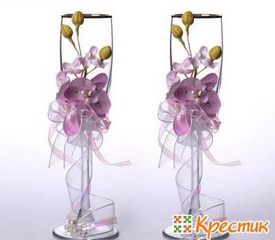 Украшение свадебных бокалов искусственными цветами