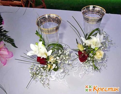 Украшение свадебных бокалов живыми цветами