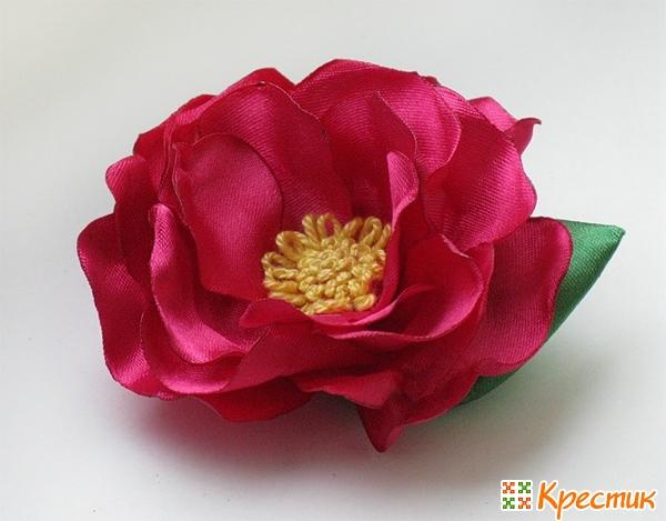 Красивый цветок из атласных лент