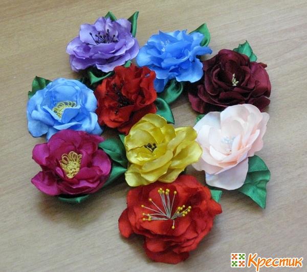 Пышный цветок из атласной ленты