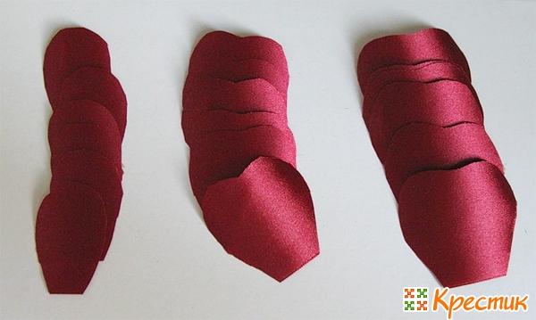 Вырезаем лепестки из атласной ленты