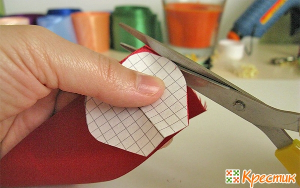 Вырезаем лепестки из ленты