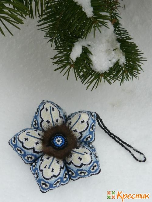 Кривулька Снежинка на снегу