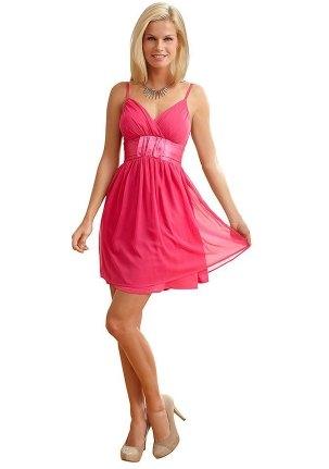 Ярко-розовое платье на день Святого Валентина