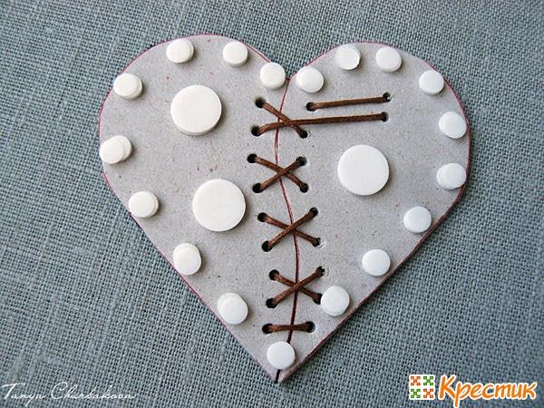 Магнит из кожи в форме сердца