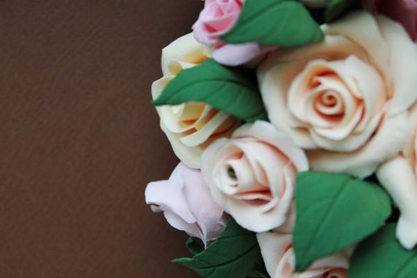 Красивый букет роз из глины