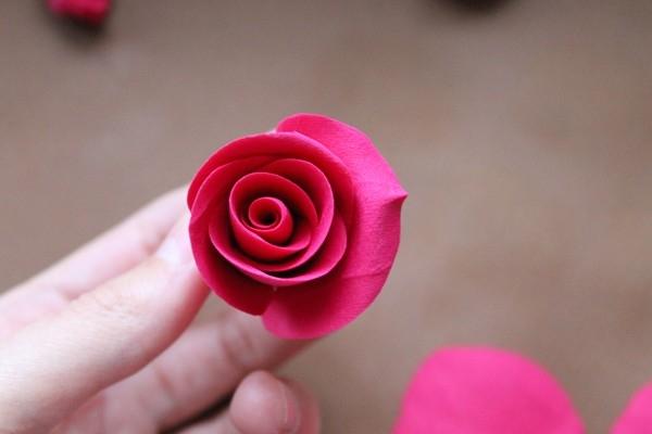 Отворачиваем крупный лепесток розы