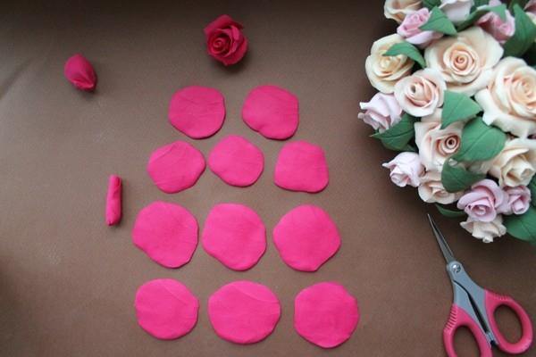 Раскатываем шарики в лепестки розы