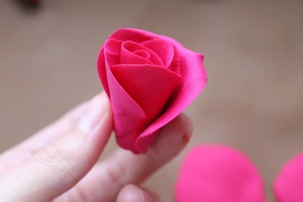 Роза из глины сбоку