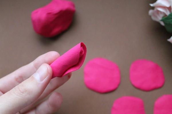 Роза из полимерной глины сбоку