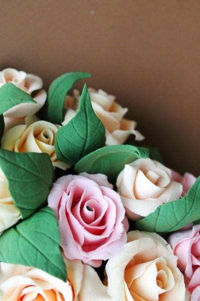 Розы из глины собраны в сердце