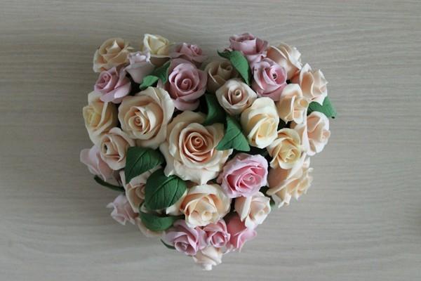 Сердце с крупными розами и листьями