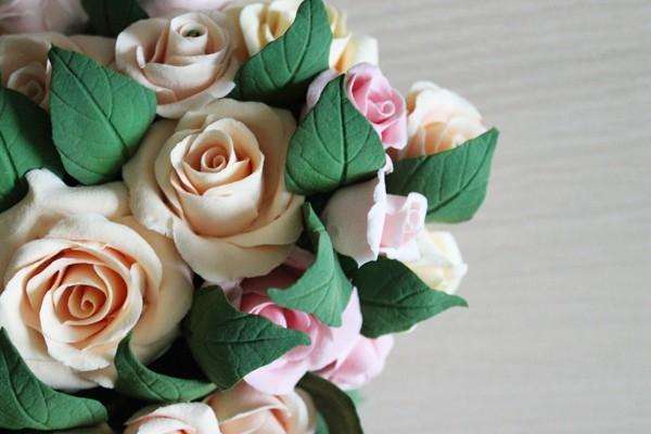 Сердечко из роз и листьев