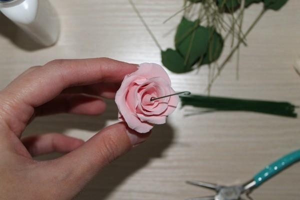 Вставляем проволочку в центр розы