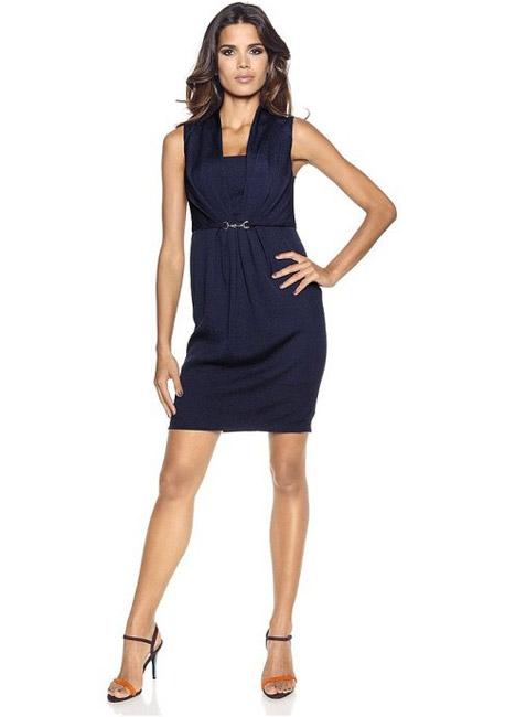 Платье-футляр с декоративной пряжкой на талии