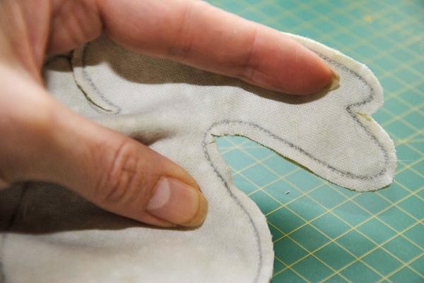 Вырезаем кролика из ткани