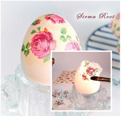 Наклеивание салфетки на яйцо