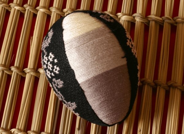 Приклеиваем вышивку на яйцо