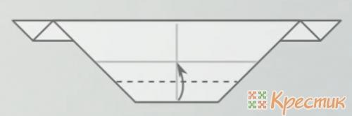 загните нижний край к продольной линии сгиба