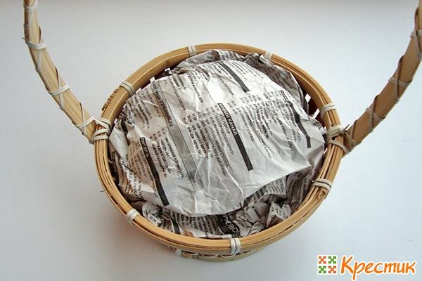 Складываем несколько листов газеты в корзину