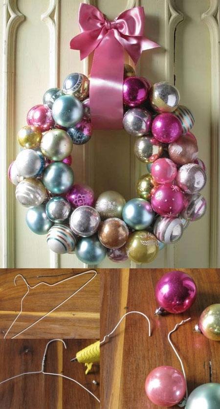 Рождественский венок из ёлочных шаров и вешалки