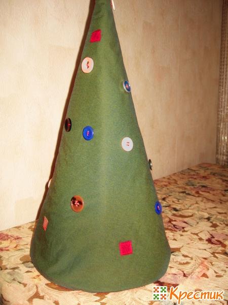 Пришиваем на елку пуговки